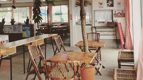 シーサイド渚のお食事テーブルと海の家店内の様子